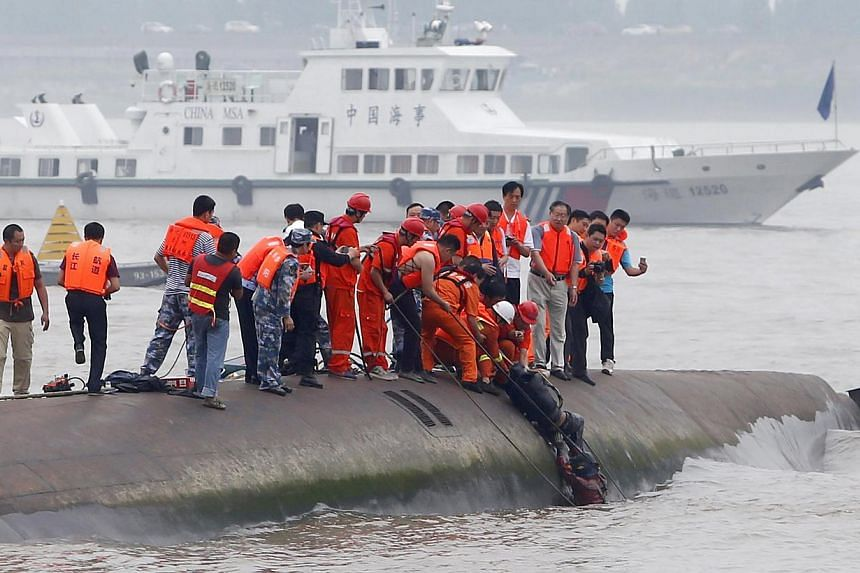 A man is pulled out alive by divers and rescuers after a ship sank at the Jianli section of the Yangtze River, Hubei province, China on June 2, 2015. -- PHOTO: REUTERS