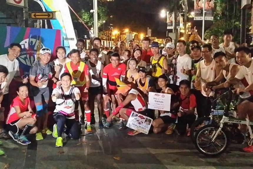 25 runners turned up to support the ultra marathoners in their last 50km at Ion Orchard. -- ST PHOTO: KASH CHEONG