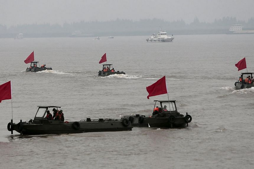 Paramilitary soliders on board boats near the site of a sunken ship in the Jianli section of Yangtze River, Hubei province, China, on June 4, 2015. -- PHOTO: REUTERS