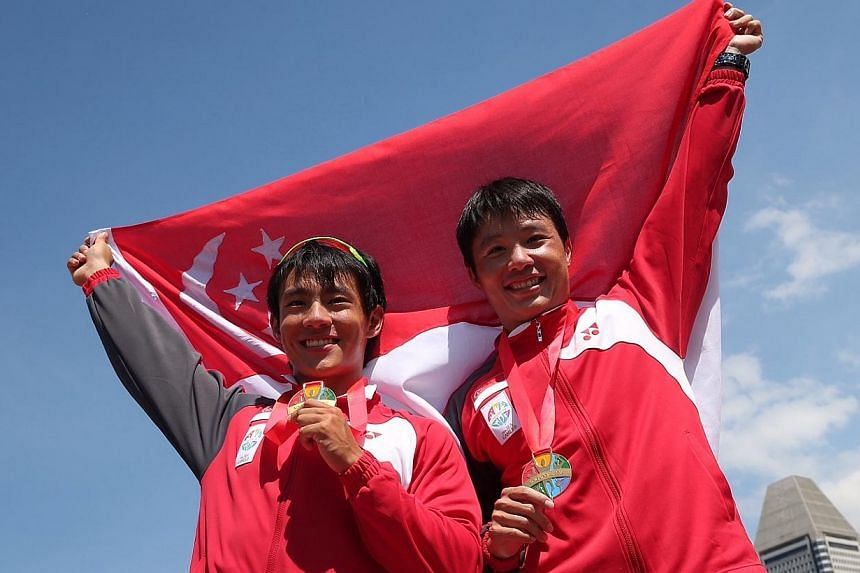 Singapore's Brandon Ooi (left) and Bill Lee won the SEA Games' canoeing Men's K2-1000m final held at the Marina Channel on June 6, 2015. -- ST PHOTO: NEO XIAOBIN