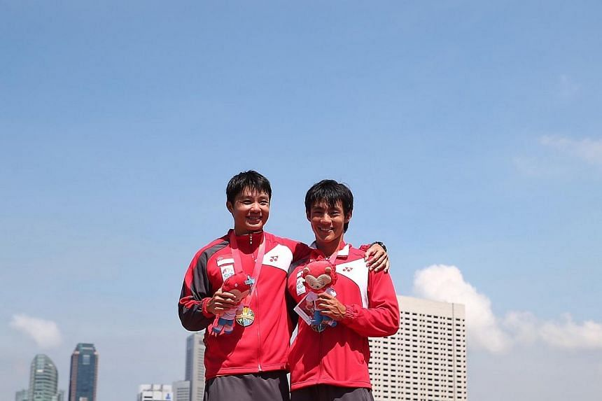Singapore's Bill Lee (left) andBrandon Ooi won the SEA Games' canoeing Men's K2-1000m final held at the Marina Channel on June 6, 2015. -- ST PHOTO: NEO XIAOBIN