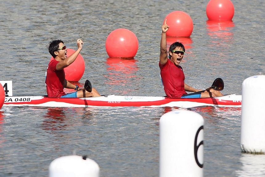 Singapore's Brandon Ooi (right) and Bill Lee wining the gold in the SEA Games canoeing Men's K2-1000m final held at the Marina Channel on June 6, 2015. -- ST PHOTO: NEO XIAOBIN
