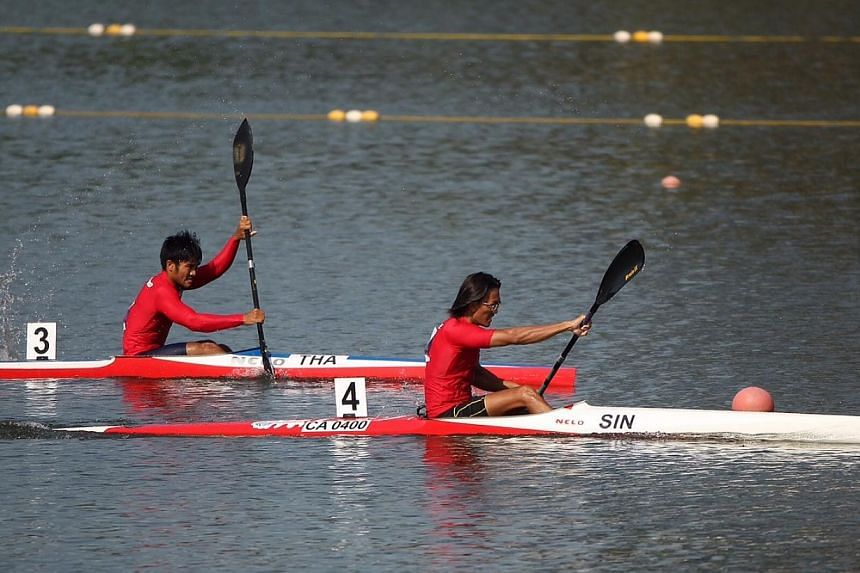 Singapore's Lucas Teo (right) winning a gold in the SEA Games canoeing Men's K1-1000m final held at the Marina Channel on June 6, 2015. -- ST PHOTO: NEO XIAOBIN