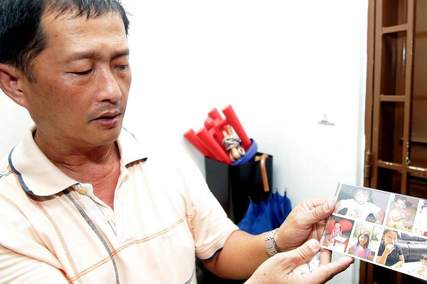 Mr Alson Wee, the father of pupil Peony Wee Ying Ping, with photographs of his daughter. -- PHOTO: LIANHE ZAOBAO