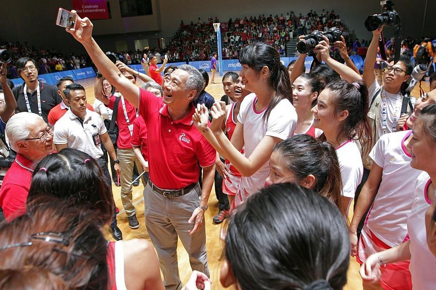 Prime Minister Lee Hsien Loong taking a wefie with Singapore's victorious netballers after the final. -- ST PHOTO: SEAH KWANG PENG