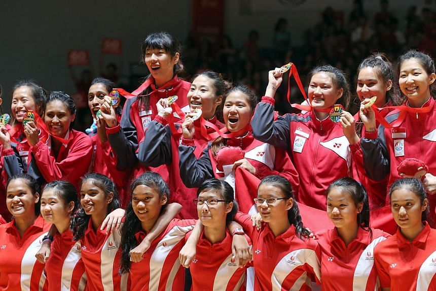 Singapore's netball players with their gold medals after beating Malaysia 46-43 in the 28th SEA Games Netball Finals on June 7, 2015, at the OCBC Arena. -- ST PHOTO: SEAH KWANG PENG