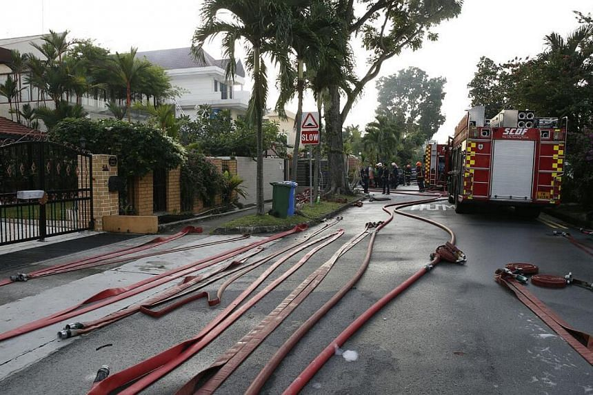 A fire broke out at a house in Yio Chu Kang early on Tuesday morning, injuring at least six people. -- ST PHOTO:LAU FOOK KONG