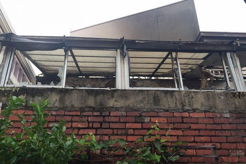 A fire broke out at a house in Yio Chu Kang early on Tuesday morning, injuring at least six people. -- ST PHOTO:HOE PEI SHAN