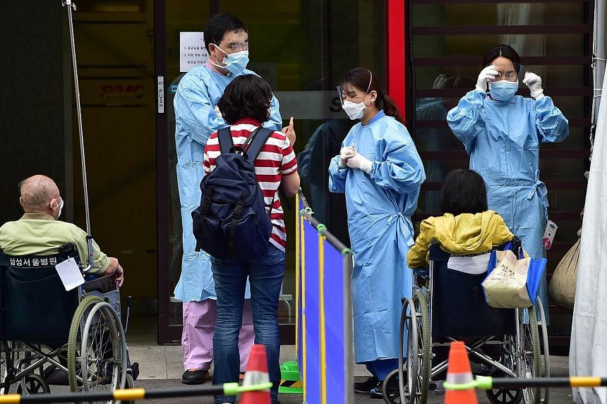 Medical workers and visitors in front of the emergency section at the Samsung Medical Centre in Seoul on June 8, 2015. -- PHOTO: AFP