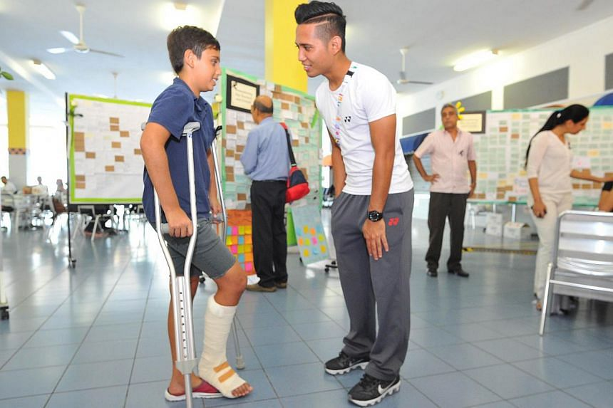 Jayden Francis, 12, talking to Suhaimi Mohamad Sahil (right). -- PHOTO: LIM YAOHUI FOR THE STRAITS TIMES