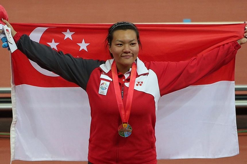 Hannah Lee with the bronze medal she won in the women's discus throw.-- ST PHOTO: NEO XIAOBIN