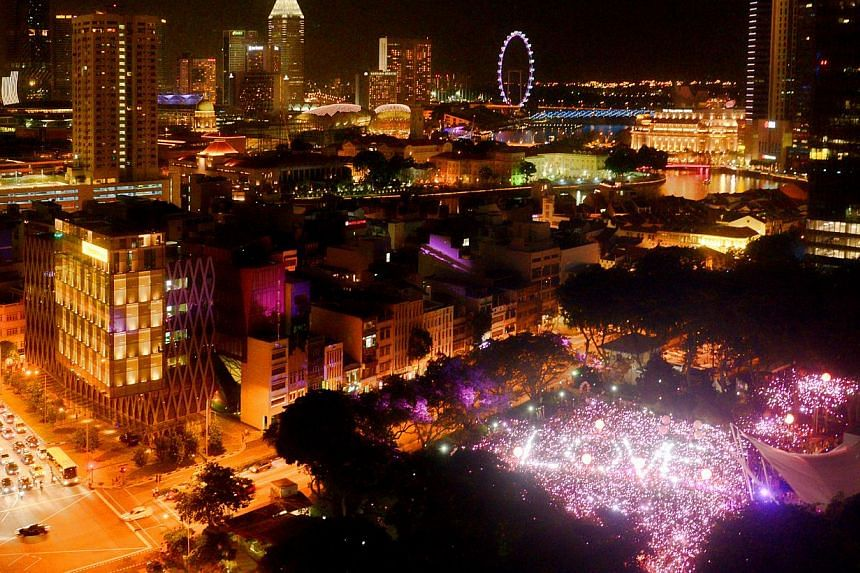"""At 7.45pm, they all came together and held up torches to form the traditional """"pink dot"""".-- ST PHOTO: DESMOND WEE"""