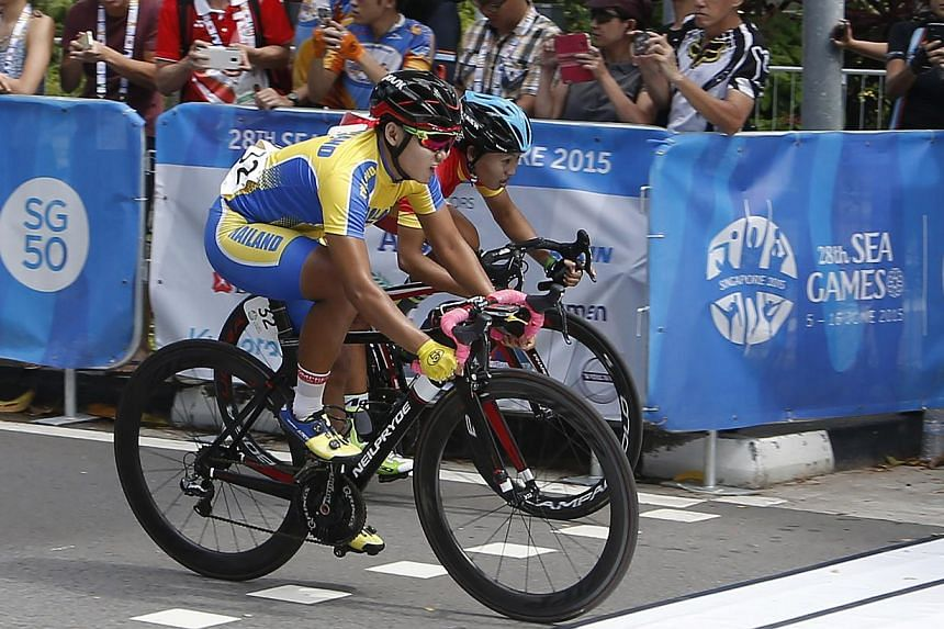 Thailand's Jutatip Maneephan (in yellow) obstructing Vietnam's Nguyen Thi That on the way to the finish line in the SEA Games women's road race on June 13, 2015. Maneephan was penalised and the Vietnamese was awarded the gold. -- PHOTO: REUTERS