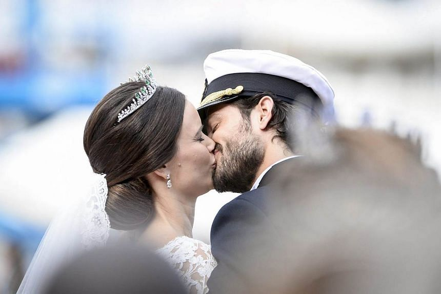Swedish Prince Carl Philip and Princess Sofia kiss after the carriage cortege and their wedding ceremony in the Royal Palace chapel in Stockholm, Sweden, on June 13, 2015. -- PHOTO: EPA