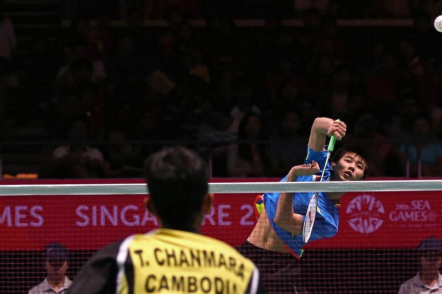 Singapore shuttler Loh Kean Yew (right) had to settle for a bronze in the men's singles after losing Malaysia's Mohamad Arif Abdul Latif in the semi-finals on June 15, 2015. -- PHOTO: SINGAPORE SEA GAMES ORGANISING COMMITTEE/ACTION IMAGES VIA REUTERS
