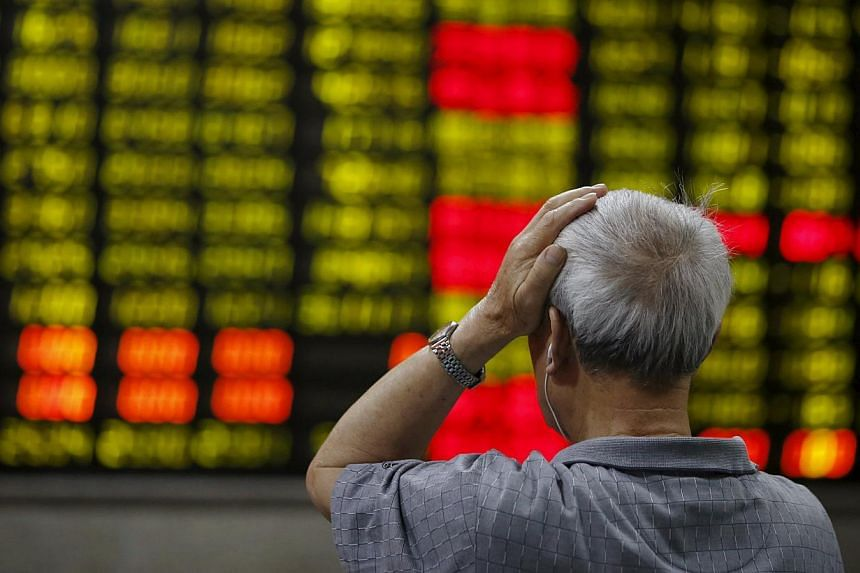 An investor looks at an electronic board showing stock information at a brokerage house in Shanghai June 16, 2015. China's stocks fell, capping the benchmark index's biggest two-day loss this month. -- PHOTO: REUTERS
