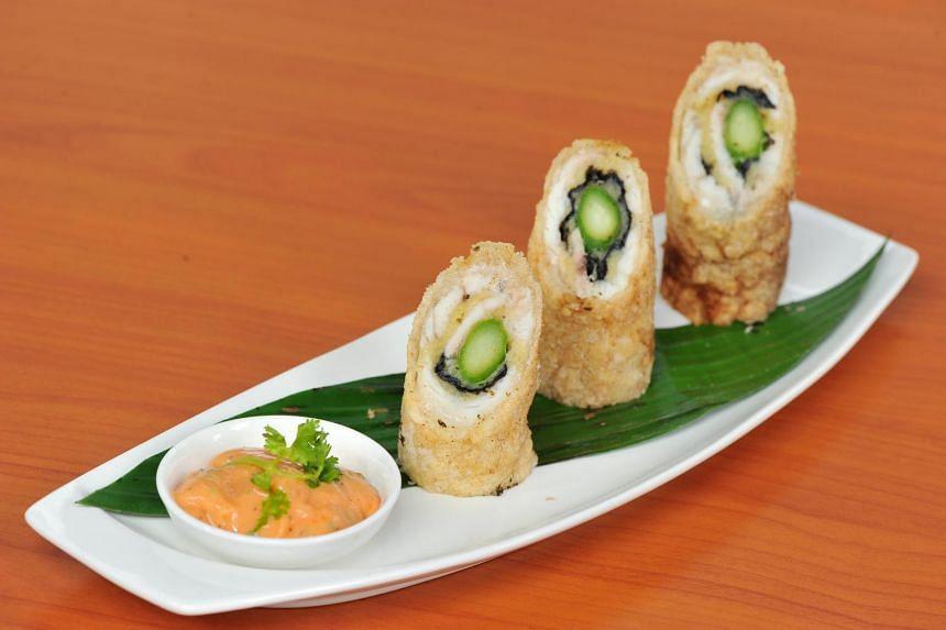 Barramundi fillet with mashed potato, seaweed and asparagus, sushi style