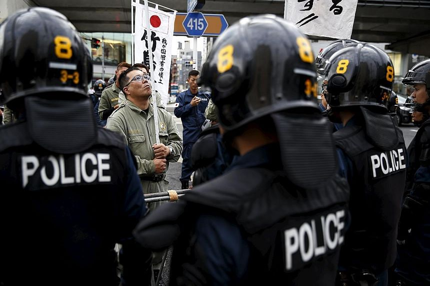 Anti-South Korean activists outside the state guesthouse where the foreign ministers of South Korea and Japan met in Tokyo yesterday.