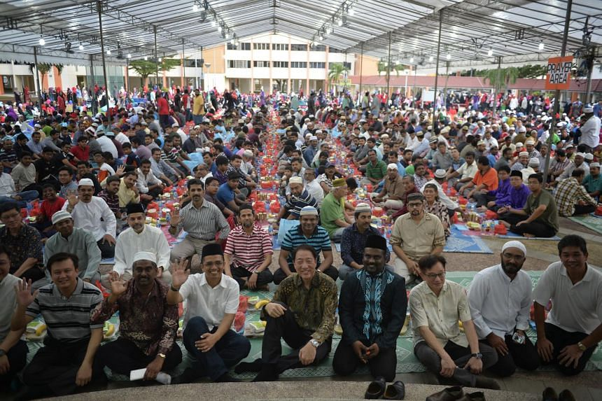 Deputy Prime Minister Teo Chee Hean joined residents in a breaking-of-fast event on June 21, 2015, at Kaki Bukit Neighbourhood Park which is in the Workers' Party-run Aljunied GRC. - ST PHOTO: MARK CHEONG
