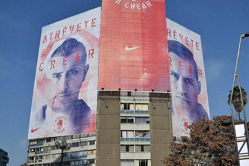 A nation expects, as huge billboards on a Santiago building, with the faces of stars Arturo Vidal (left) and Alexis Sanchez, highlight the confidence of Chile to win the Copa America on home ground.