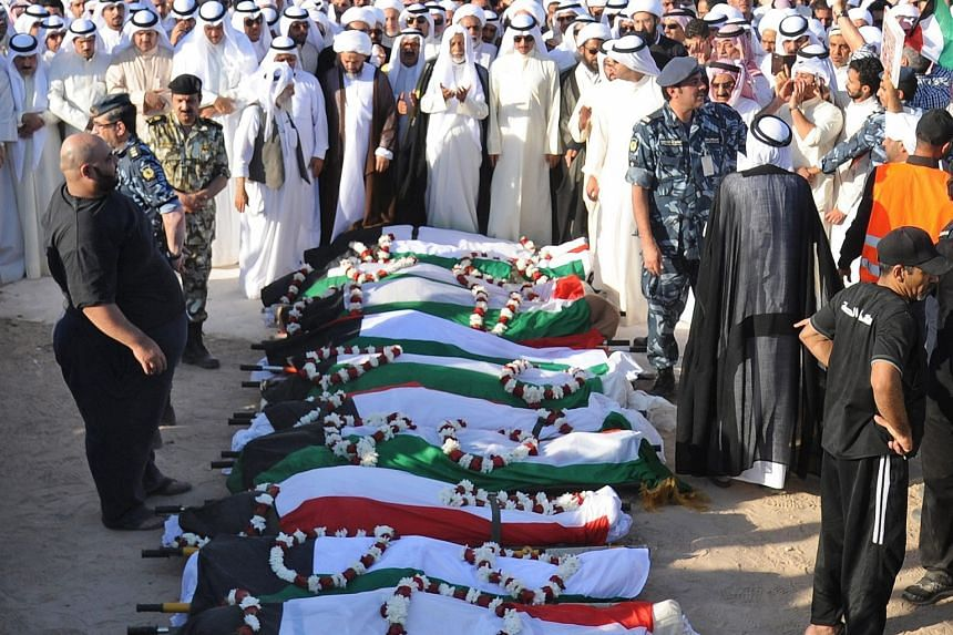 Thousands of Kuwaitis at the funeral last Saturday for some of the victims killed in the attack on the Imam al-Sadeq mosque. According to the authorities, three suspects have been arrested.