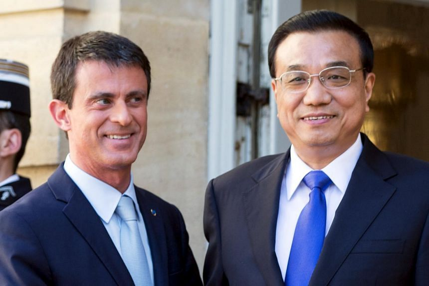 French Prime Minister Manuel Valls (left) welcomes Chinese Premier Li Keqiang.