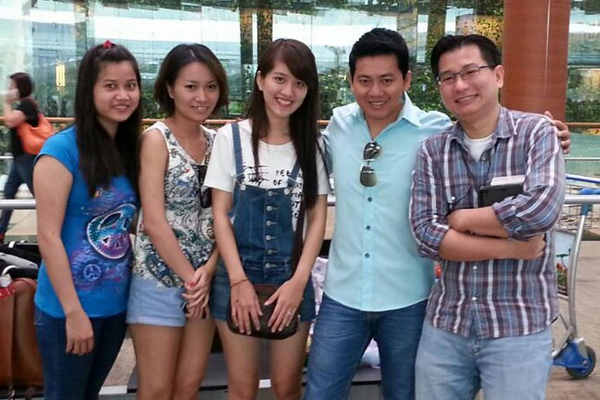 Gabriel Kang (right) with tourist Pham Van Thoai (second from right) who was allegedly conned into paying an exorbitant sum for an iPhone in Sim Lim Square.