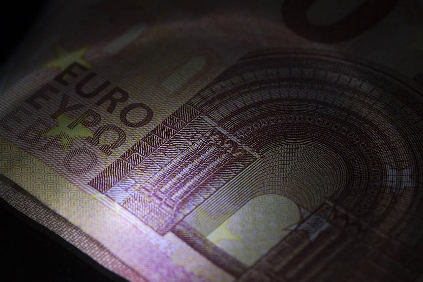 Ten-euro banknotes with euro written in Greek in the middle.