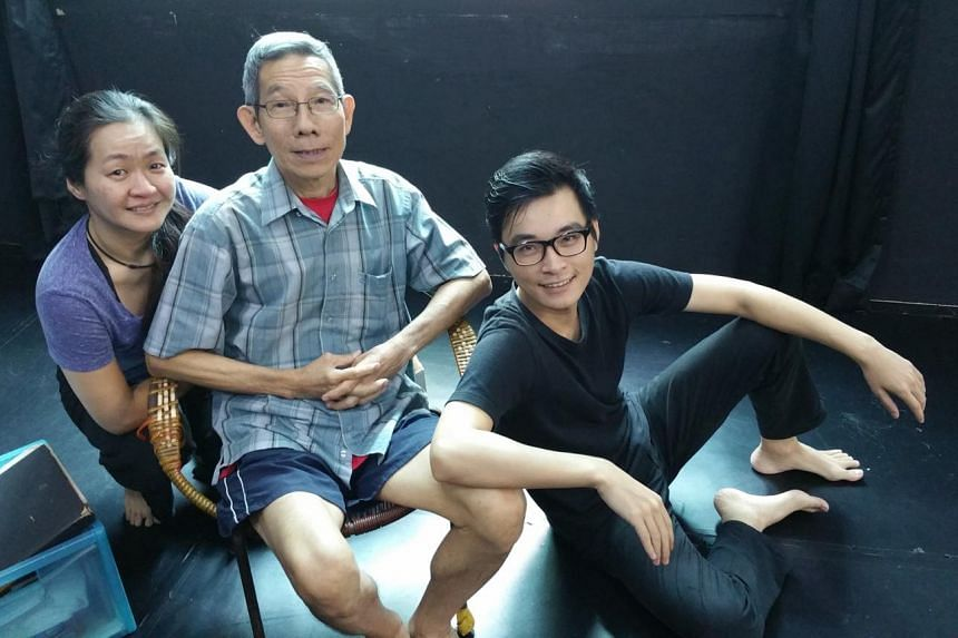 Veteran stage actor Yong Ser Pin (centre), with performer Kuo Jing Hong (left) and director Liu Xiaoyi (right).