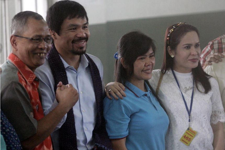 Manny Pacquiao (second from left) and Filipino death row prisoner Mary Jane Veloso (second from right) pose for photographs during his visit.