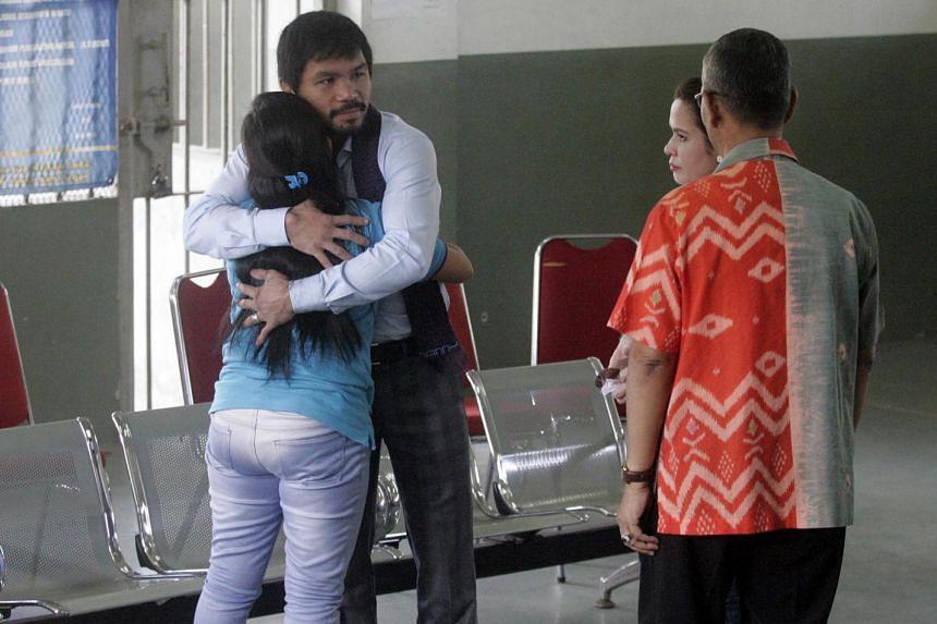 Manny Pacquiao (second from left) hugs Filipino death row prisoner Mary Jane Veloso (left).