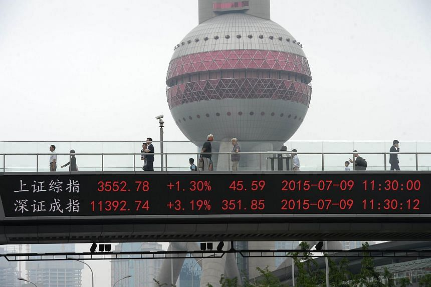 A screen showing the Shanghai Composite Index and the Shenzhen Component Index.
