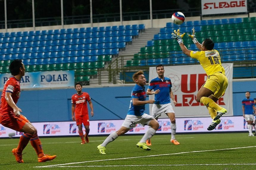 Balestier goalkeeper Zaiful Nizam (yellow) comes out to gather a cross in the TNP League Cup final against Albirex Niigata last night.