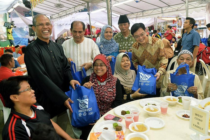 Mr Heng Swee Keat accompanied by Mr Masagos Zulkifli, Mr Mah Bow Tan, Ms Irene Ng and Mr Baey Yam Keng at the Launch of Project Ramadan Food Hamper to provide festive cheer for the needy Tampines residents.