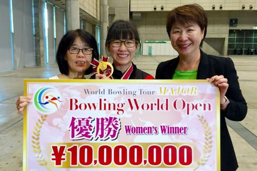 Joey Yeo (centre), her mum Janice Ng (left) and Singapore Bowling Federation chief Jessie Phua, showing off the teenager's winner's cheque yesterday.
