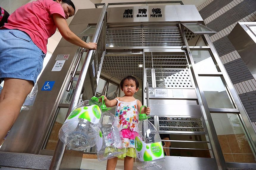 Some residents of Kai Ching Estate in Kowloon City have resorted to collecting water from collection points after test samples revealed that the lead amount in the water supply exceeded the World Health Organisation guideline. The problem is believed