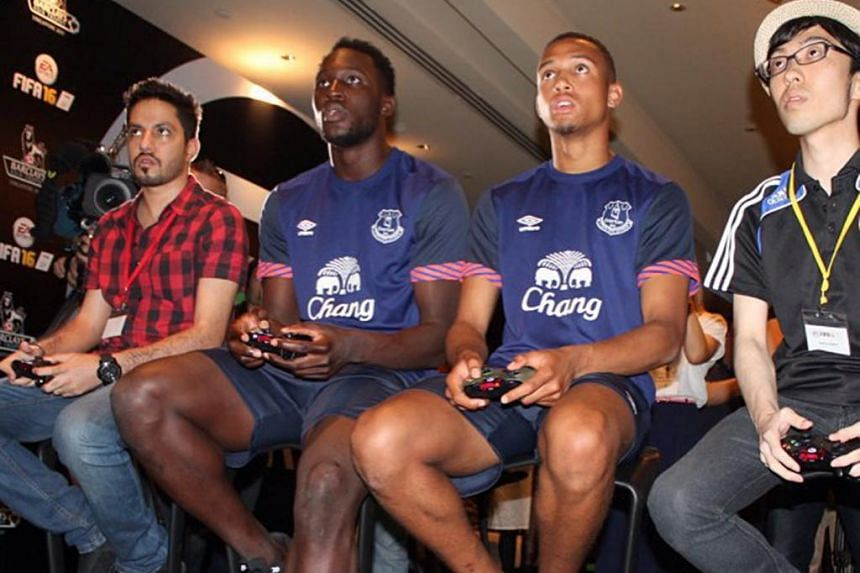 Four everton players became the first footballers in the world to play fifa 16 on thursday, including romelu lukaku who beat brendan galloway's team with his partner in the final.