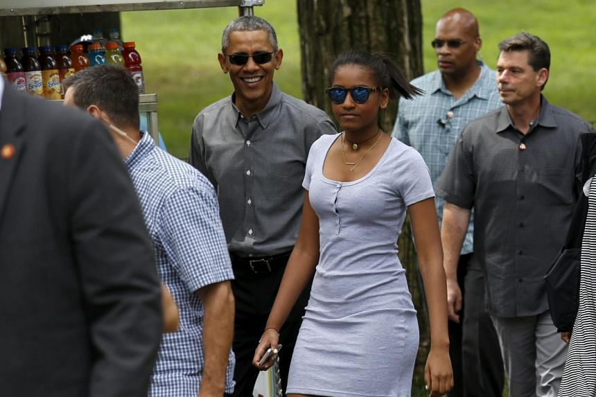 Obama walks in Central Park with daughter Sasha.