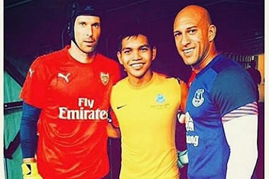 Everton's Tim Howard (above) getting to know fellow goalkeepers, Singaporean Izwan Mahbud and Arsenal's Petr Cech, on Saturday.