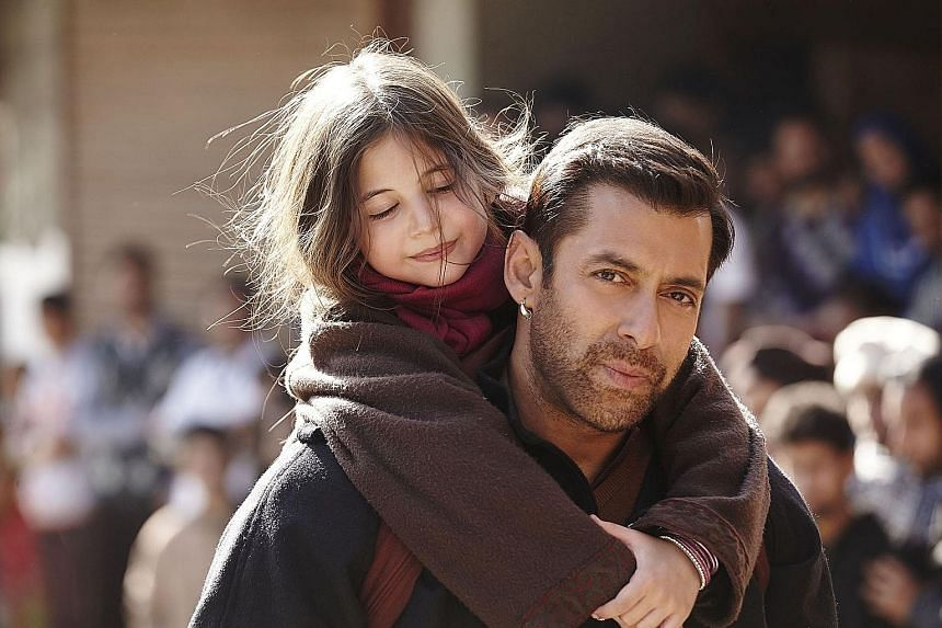 Pawan (Salman Khan) helps Shahida (Harshaali Malhotra), a mute six-year-old girl, find her way back to her parents.