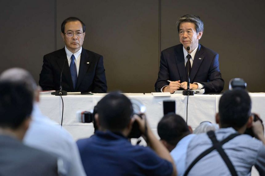 Masashi Muromachi, chairman and interim president of Toshiba Corp (left) with Hisao Tanaka, outgoing president and chief executive officer of Toshiba Corp., during a news conference in Tokyo on July 21, 2015.