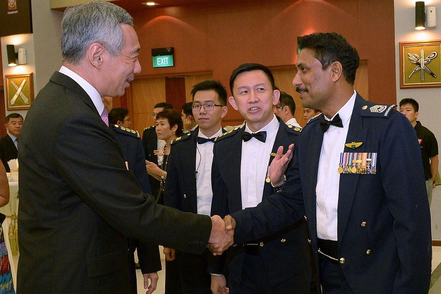 PM Lee shaking hands with SWO Selvanathan.
