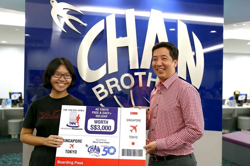 Straits Times sports editor Marc Lim, with Li Tianhui at the prize presentation at Chan Brothers Travel.