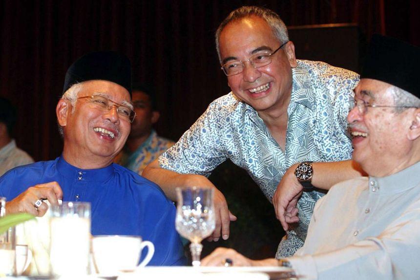 Mr Nazir Razak (centre) with Malaysia's PM Najib Razak (left) and Tun Ahmad Badawi.
