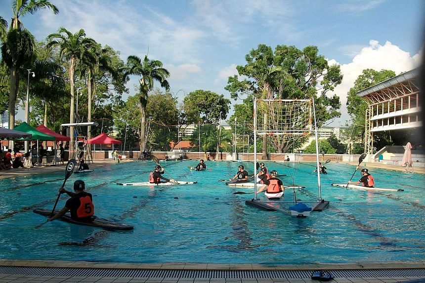 Canoeists using the public swimming pool in Clementi for their practice last Saturday, resulting in the closure of the pool to swimmers.