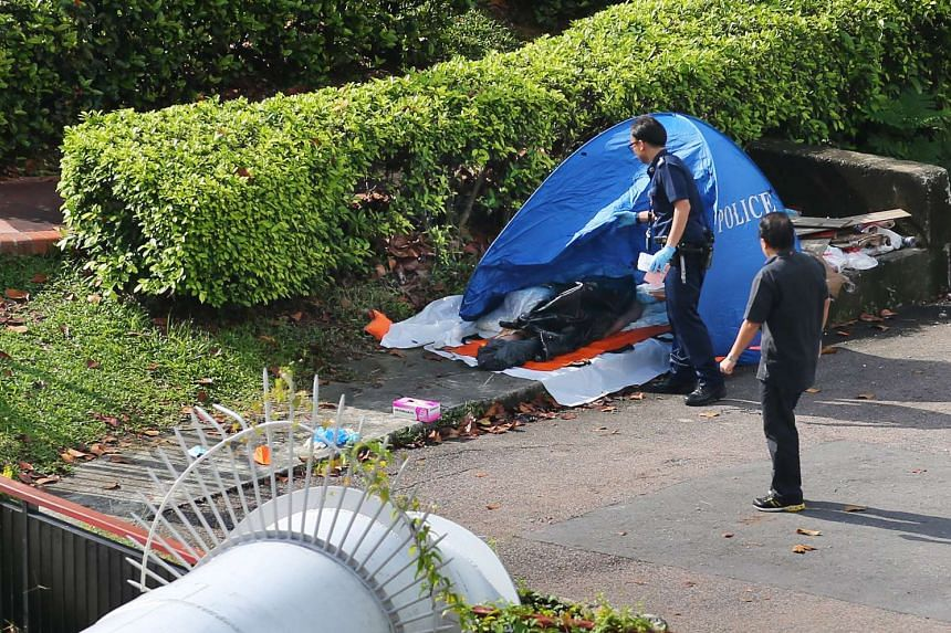 Police officers with the corpse found floating in Whampoa River on Dec 12, 2013.