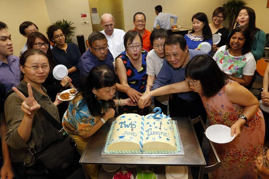 Cutting the cake at The Big Read Meet's second anniversary are (L-R): Madam Tina Wah, Mr George Tan, Straits Times senior writer Cheong Suk-Wai, Mr Richard Sng and Ms Lee Mei Chuen.