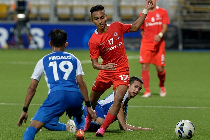LionsXII winger Faris Ramli (No.17) negotiating his way past Muhammad Ferris Danial (on the turf) towards Firdaus Fauzi.