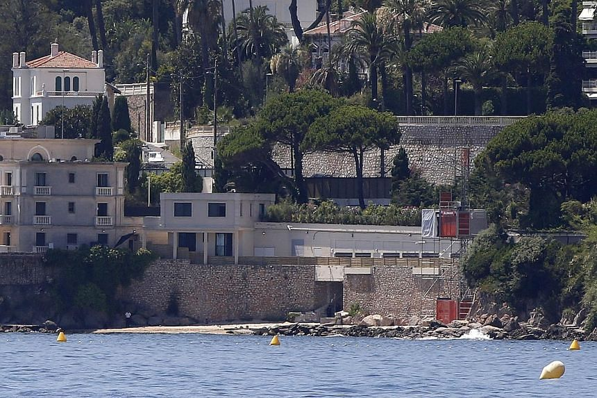 King Salman's luxury villa above the public beach that was closed and the temporary elevator (in red) that sparked anger.