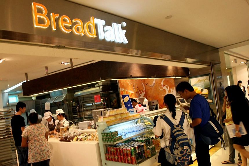 A photograph of a BreadTalk staff member using a packet of Yeo's soya bean milk to fill up bottles for sale has drawn ire from netizens.
